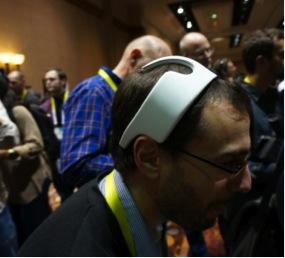 【写真1】myBrain社の頭部装着デバイス