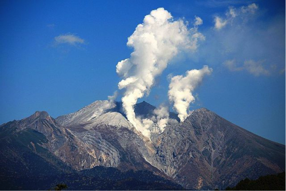 鞍掛峠(白草山と三国山との鞍部)から望む噴煙を上げる御嶽山
