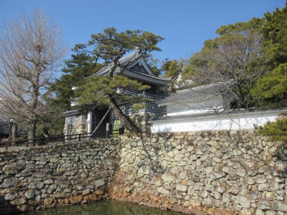 田原城跡-小さな城の立派な城門(復元)