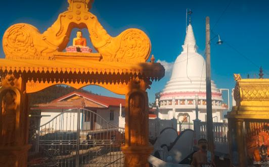 山あいの街にある寺院