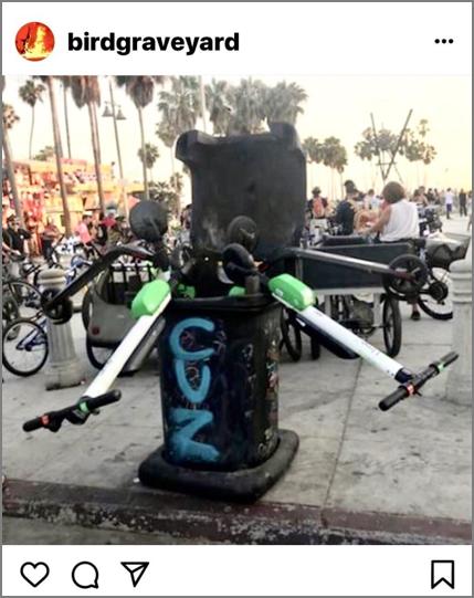 ゴミ箱に投げ捨てられた電動スクーター