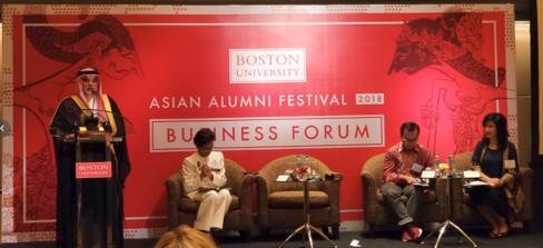 サポートを表明するサウジアラビア領事(左)とNOORCOIN Founder and CEO のSofia Koswara