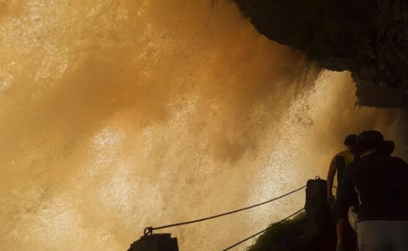 サポの滝の裏側