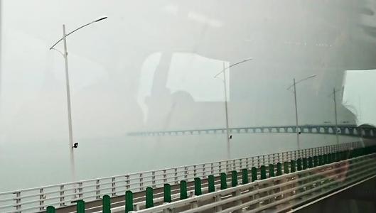 彼方まで続く橋