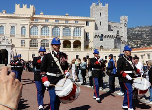 モナコ宮殿広場の閲兵式