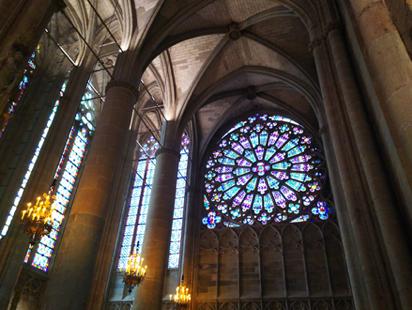 バラ窓とステンドグラス