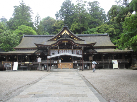 大神神社拝殿-うしろに三輪山が続く