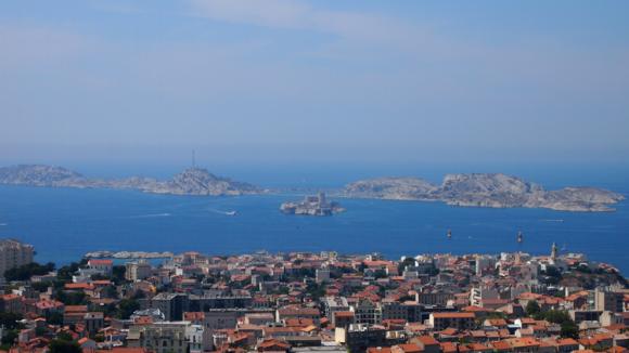 マルセイユの街と港と海を見下ろす
