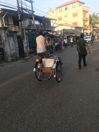 【写真3】ヤンゴン市内を走るサイカー