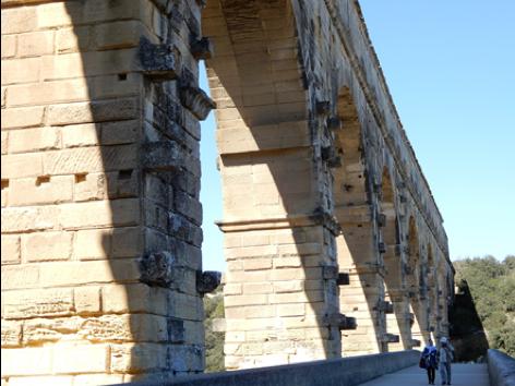 歩道橋から見上げるポン・デュ・ガール