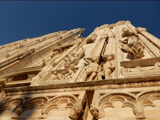ミラノ大聖堂正面のレリーフ像