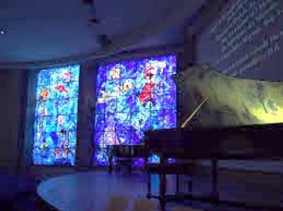 音楽堂のステンドグラスとチェンバロ