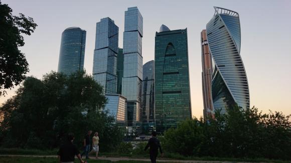 夜11時のモスクワ新都心(Moscow City地区)と散歩者