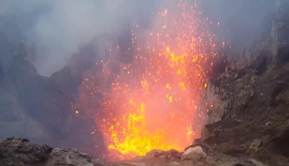 吹き上げる溶岩