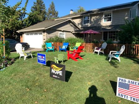 【写真2】ティー・パーティのために庭に 間隔をおいて並べられた椅子