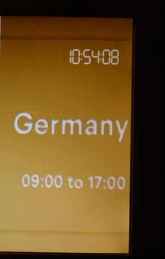 """【写真2】セミナールーム""""Germany""""の前で"""
