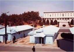【写真1】板門店の休戦会議場(向こう側は北朝鮮)