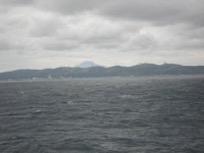 【写真6】宗谷海峡北側から見た稚内市内と利尻富士