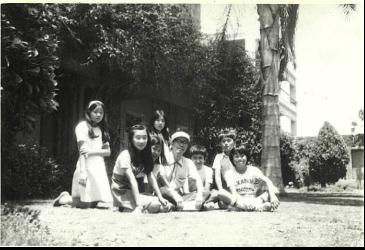 【写真1】カイロ日本人学校の庭にて