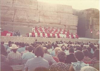 【写真3】スフィンクスの前で行われた卒業式(カイロ・アメリカン・カレッジ)