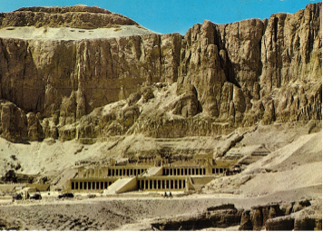 【写真8】ハトシェプスト女王葬祭殿。王家の谷は岩山の反対側にある