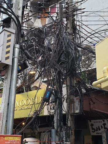 【写真8】配線が鳥の巣状態の電信柱