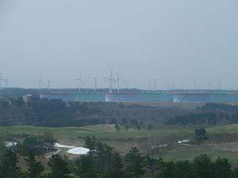 【写真12】風力発電用風車の群れ