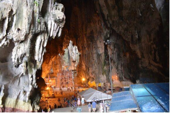 【写真3】階段上に広がる大きな洞窟