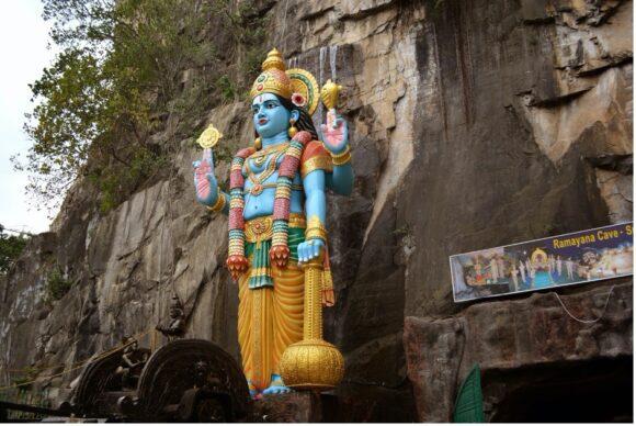 【写真5】Ramayana Cave入り口のヴィシュヌ神像(多分)